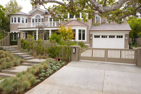 steps-gate-fence-&-drive-gate-h-from-outside-closeSM